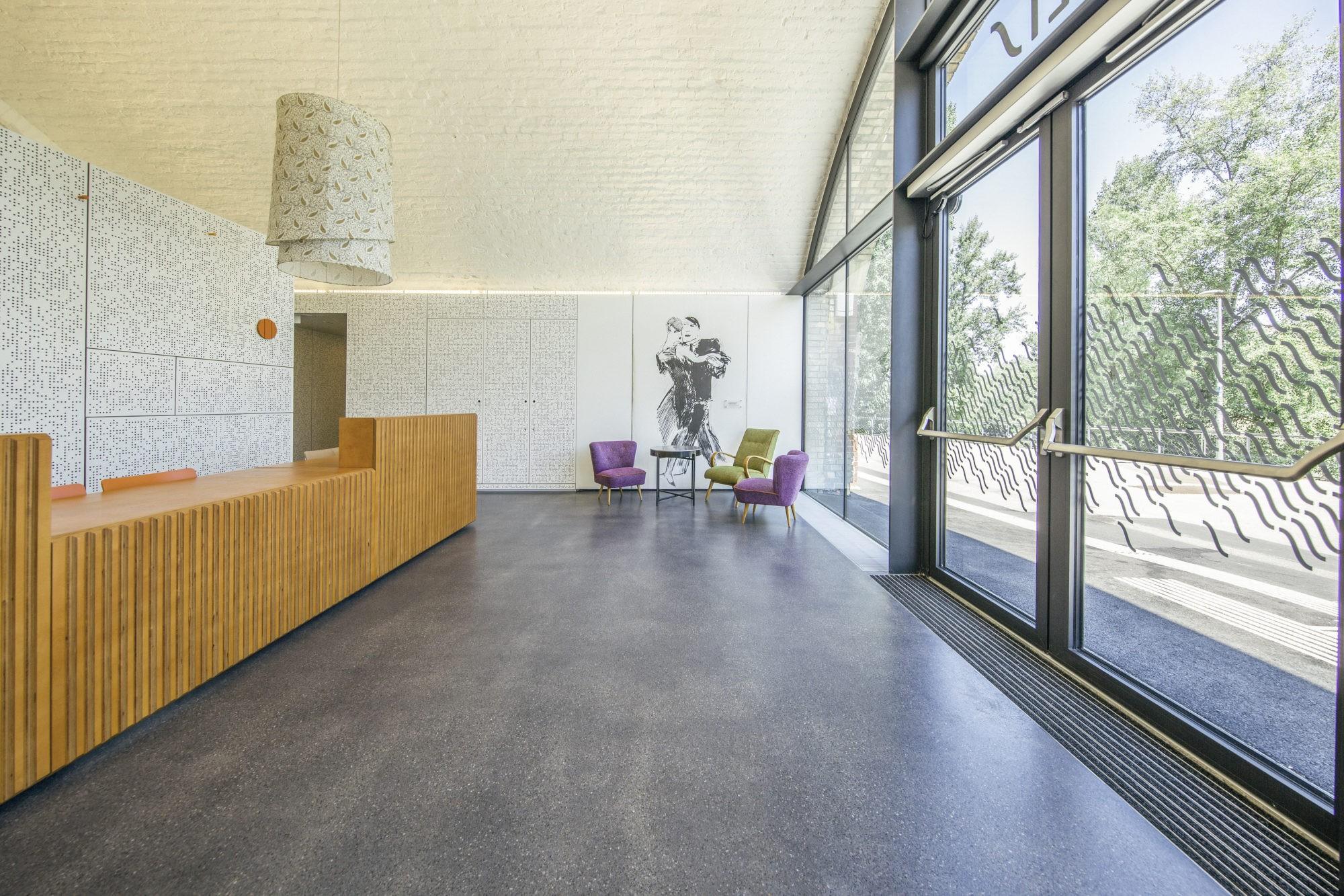 Eingangsbereich mit Empfang und Loungemöbel