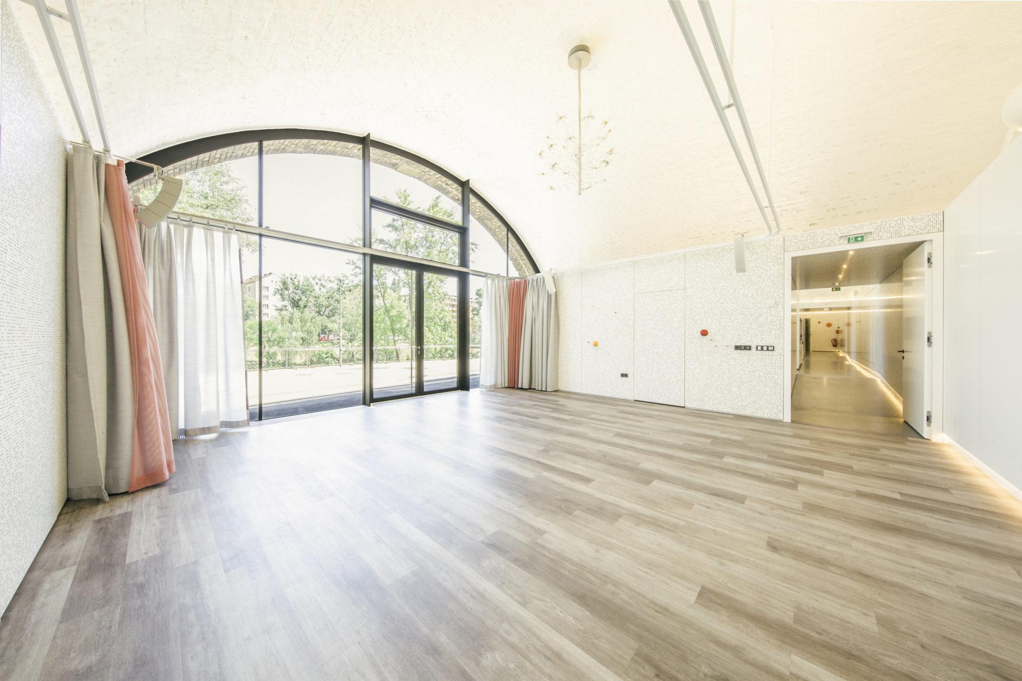 Großer Tanzbogen Studio 1 mit Blick in den Gang, der zum Studio 2 führt