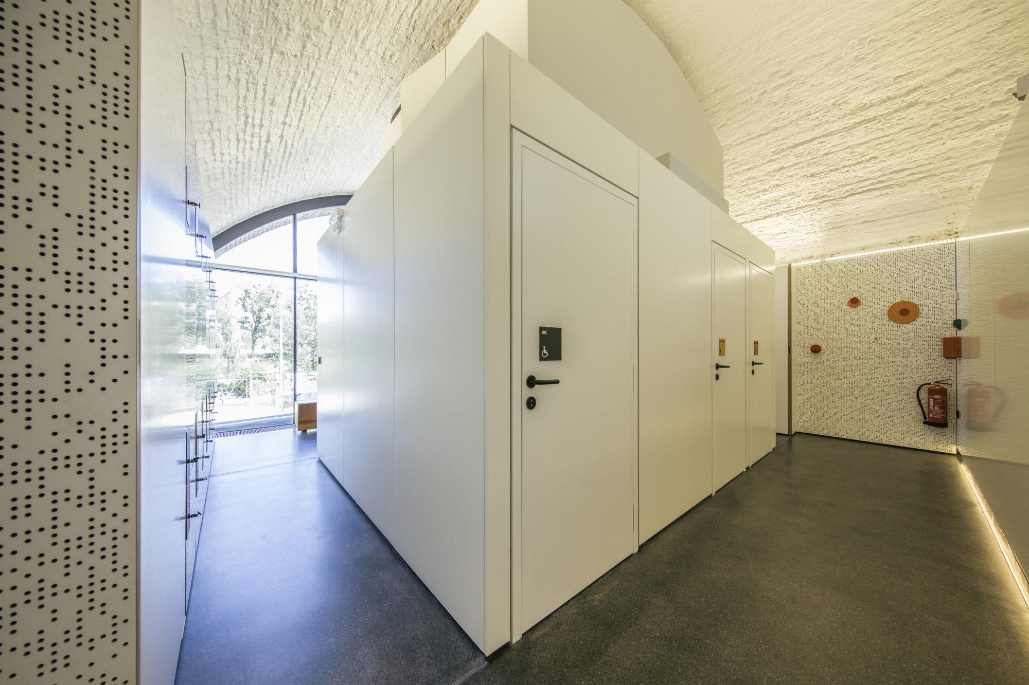Toiletten und Garderoben