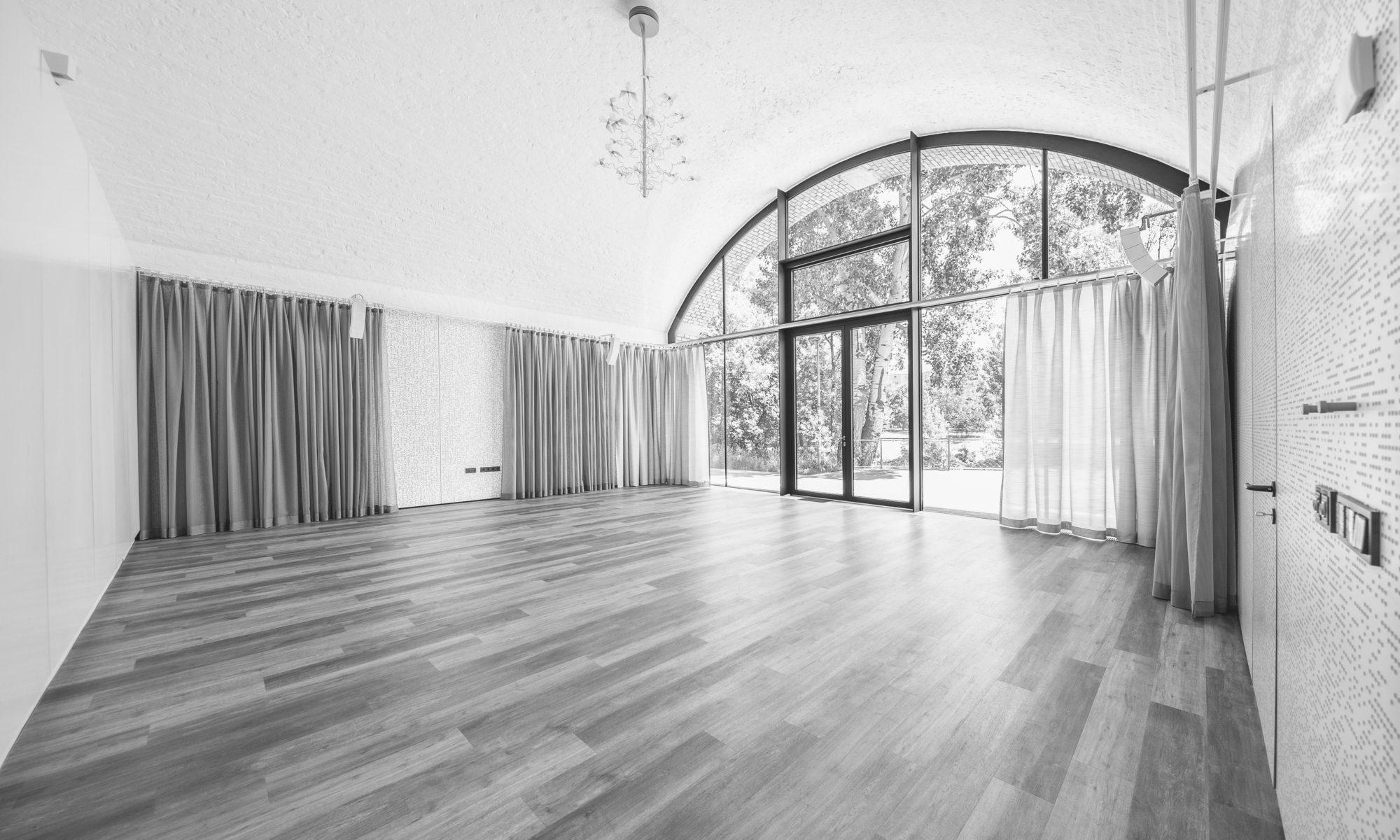 Tanzbogen 1, leerer Tanzbogen mit kunstvoller Lampe und Vorhängen