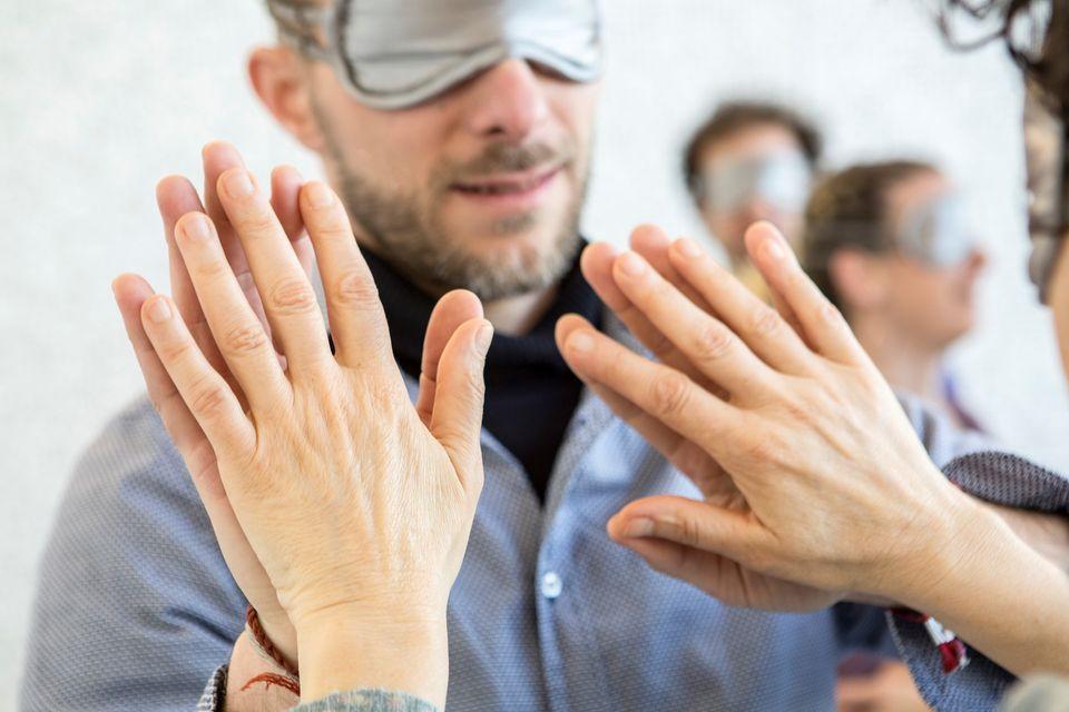 Unser Trainer Jörg tanzt mit Tanzbrille und Hand an Hand mit Partnerin