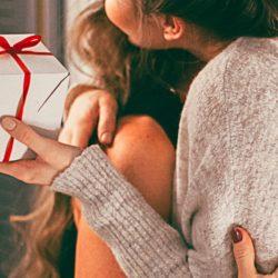 Umarmung nach Geschenkübergabe