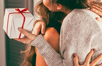 Umarmung zweier Frauen, nach Geschenkübergabe