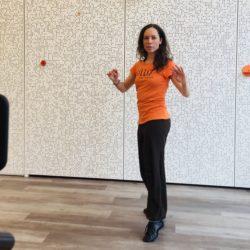 Trainerin Nadine tanzt im Studio von Lillis Ballroom vor der Kamera