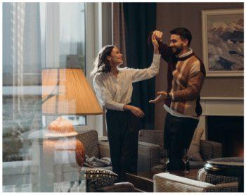 Tanzendes Paar im eigenen Wohnzimmer