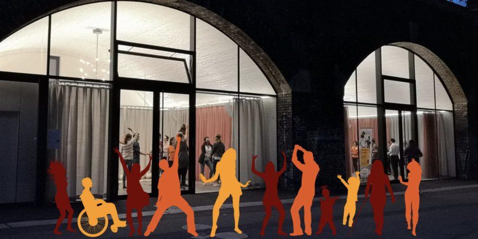 Bild vom Studio von außen mit diversen bunten tanzenden umrissen von Menschen davor